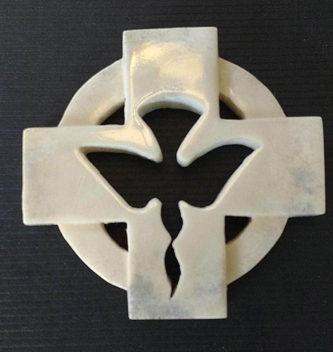 Diakon kors med duva. Täljaren skapar unika presenter